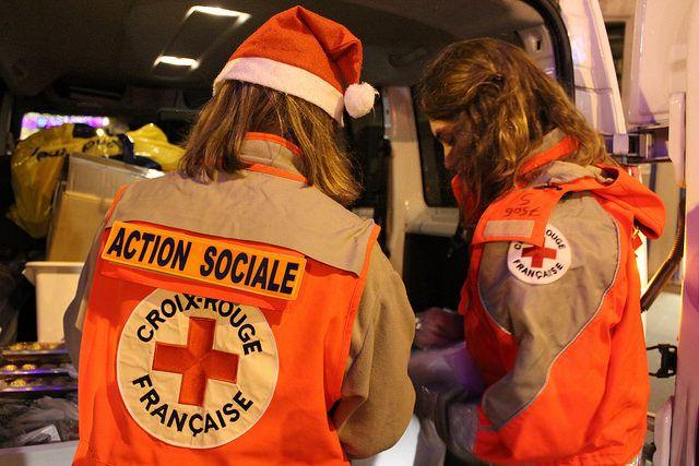 Etudiants faisant une action solidaire à la Croix-Rouge française pour lutter contre la solitude