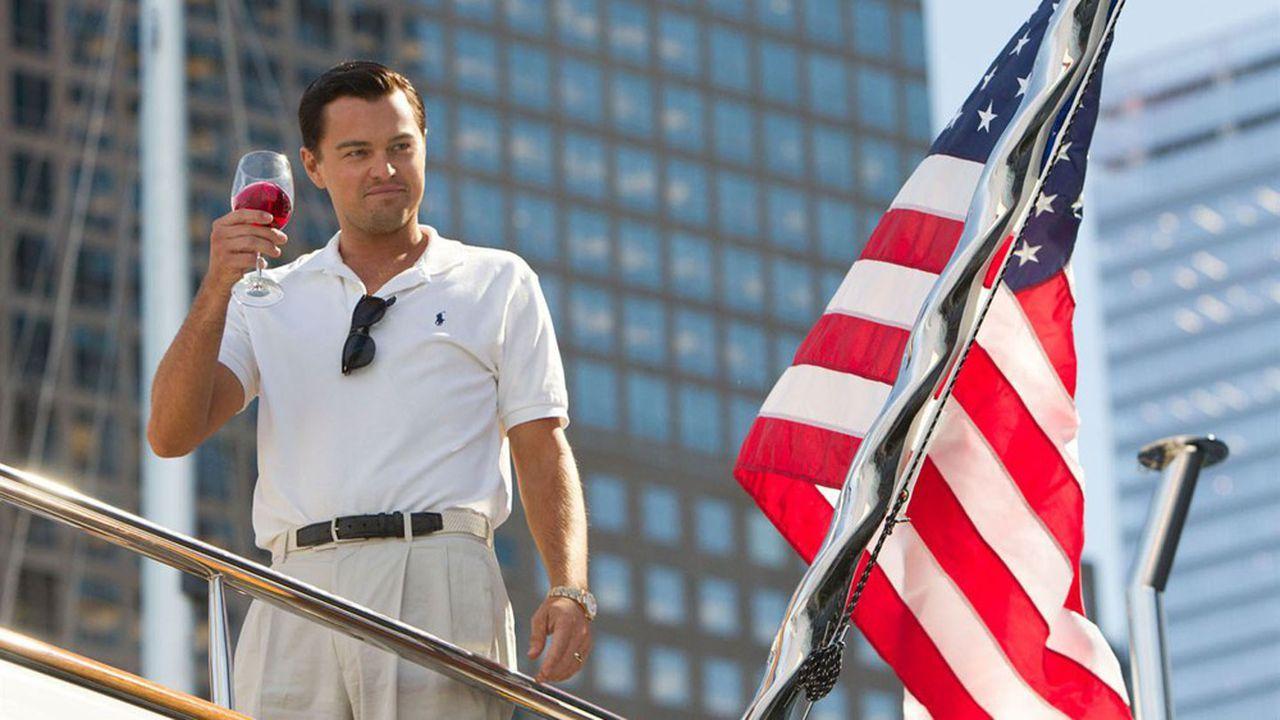 Leonardo Di Caprio dans L Loup de Wall Street jouant un business developer tenant un verre de vin